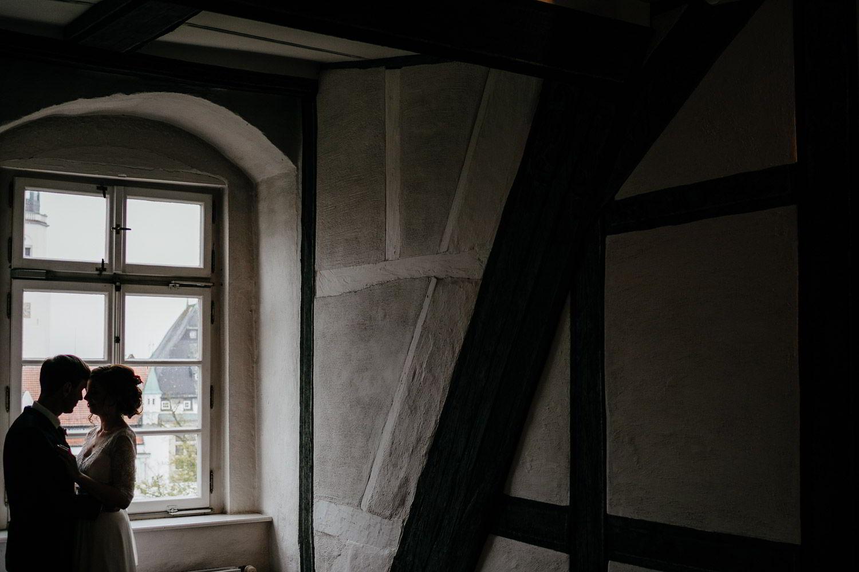 Brautpaar Pose vor dem Fenster im Residenzmuseum Celle