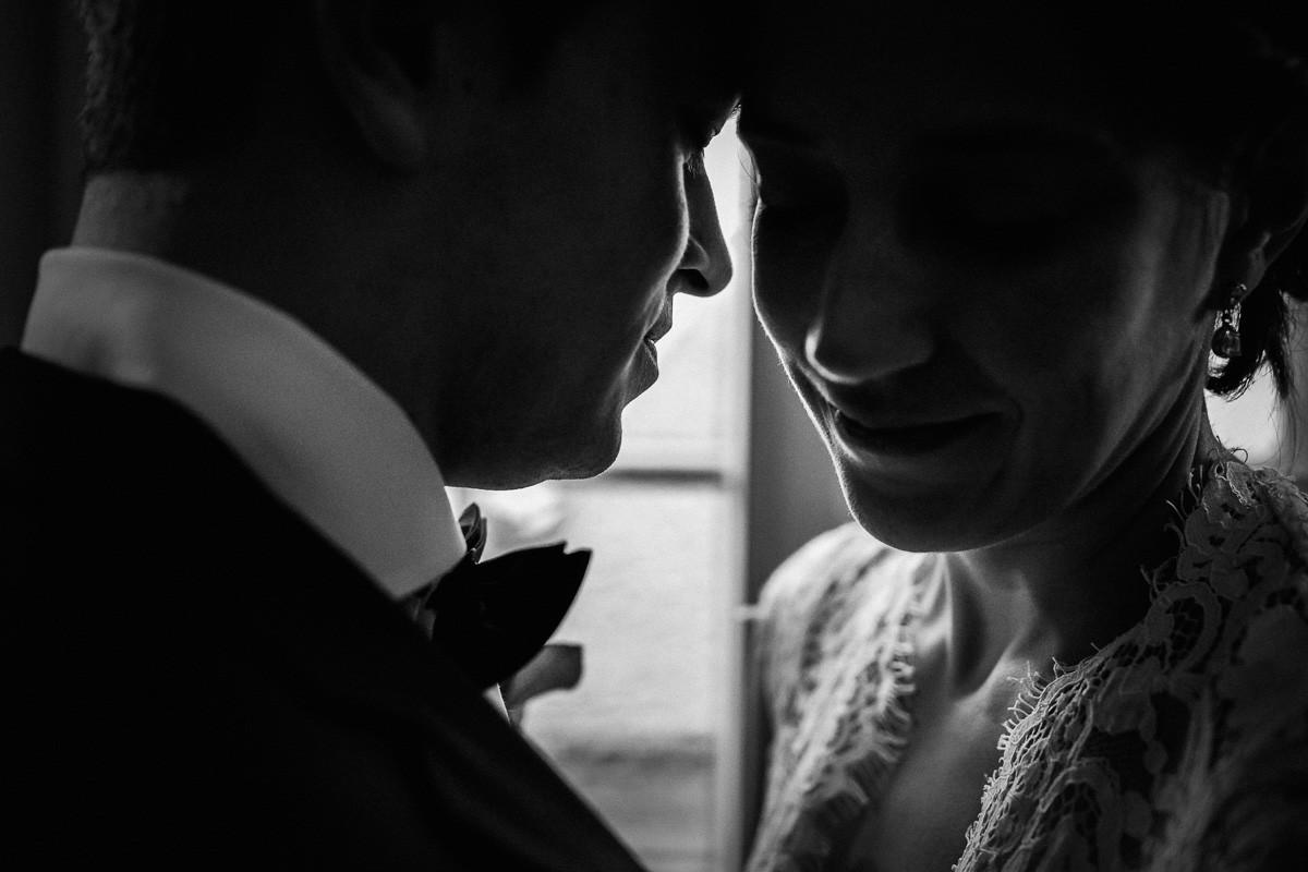 Brautpaar vor dem Fenster im Standesamt in Celle