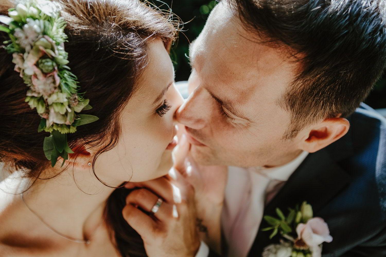 Brautpaar küsst sich im Park Celle