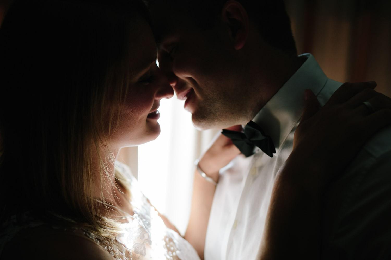 Brautpaar vor dem Fenster im Heide Kröpcke Hotel